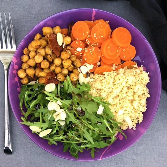 Buddha bowl aux carottes semoule et pois chiches