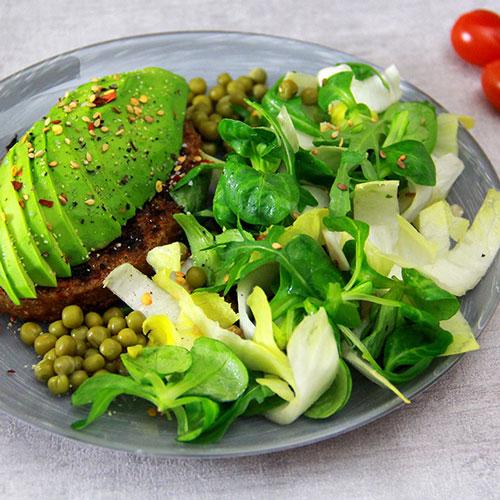 Avocat sur galette végétale avec salade mâche et endives