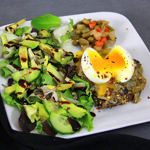Tartine aux poireaux oeuf mollet et salade concombre avocat