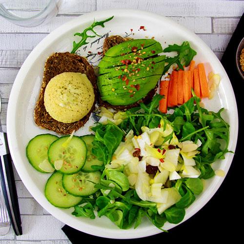 Double tartines - Chèvre et Avocat - Salade mixte