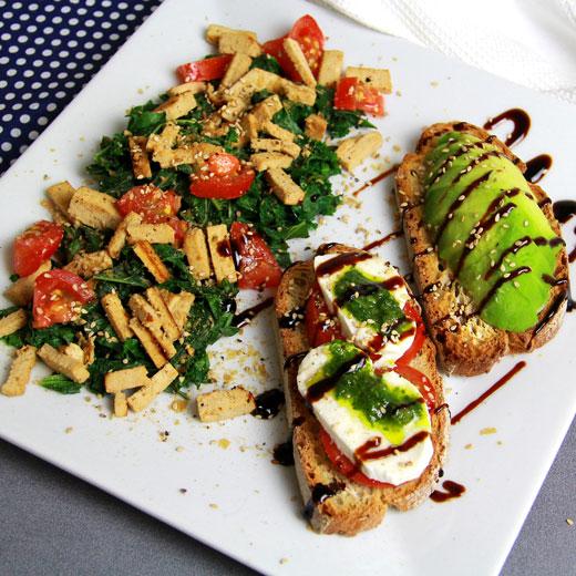 Duo tartines avocat tomate mozza et salade de kale