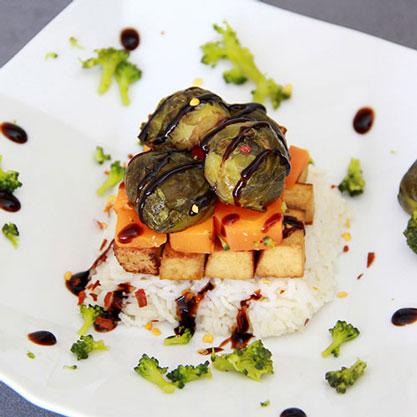 Tofu au sésame avec riz carotte et choux de Bruxelles