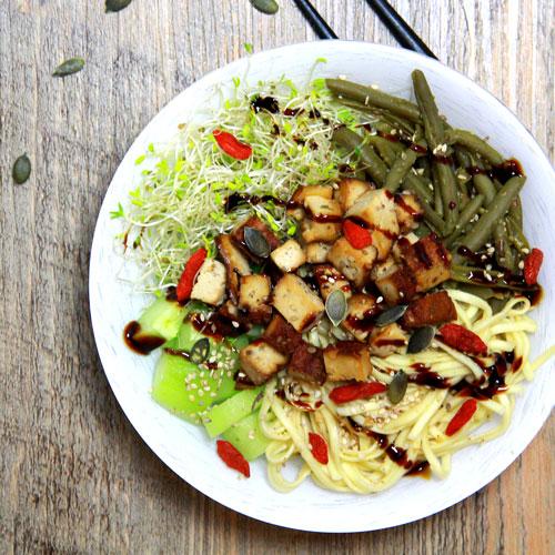 Bowl vegetarien aux nouilles chinoises et tofu