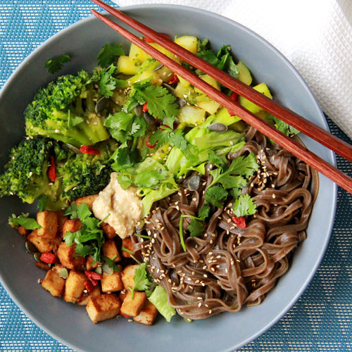 Buddha Bowl aux nouilles soba, tofu, courgette et brocoli