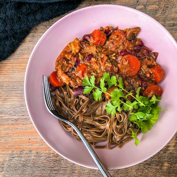 Haricots au curry rouge et nouilles soba