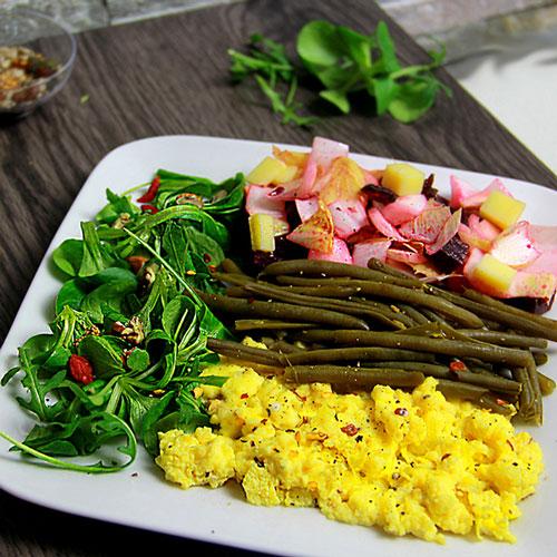 Oeufs brouillés salade d'haricots verts et endives