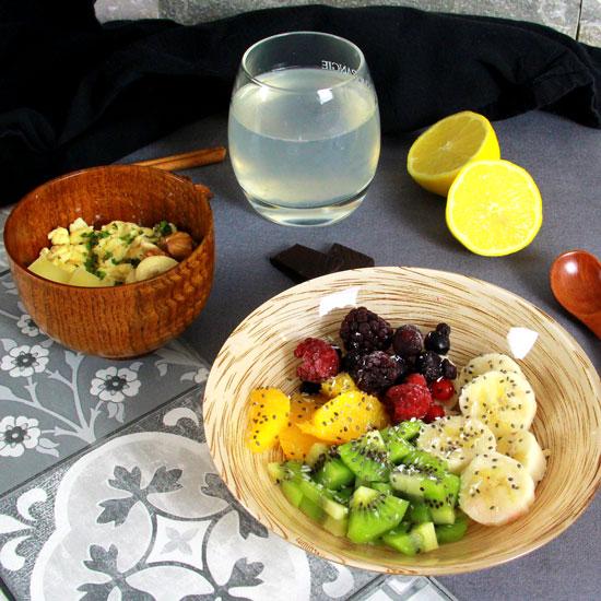 Salade de fruits et oeufs brouilles