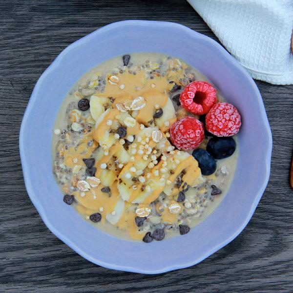 Overnight porridge banane et beurre de cacahuetes