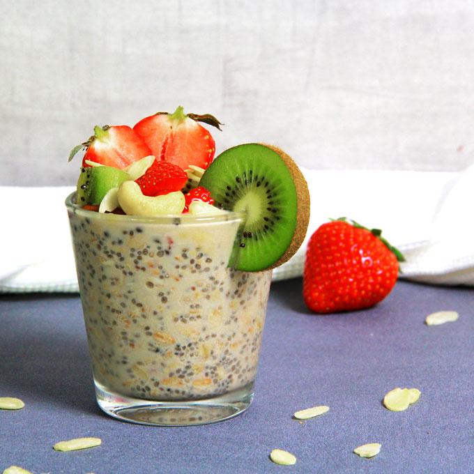 Overnight Chia Porridge aux fraises et kiwi