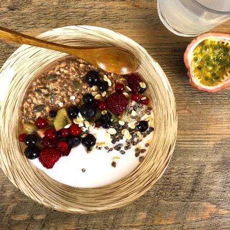 Overnight porridge et yaourt coco - Fruits rouges kiwi