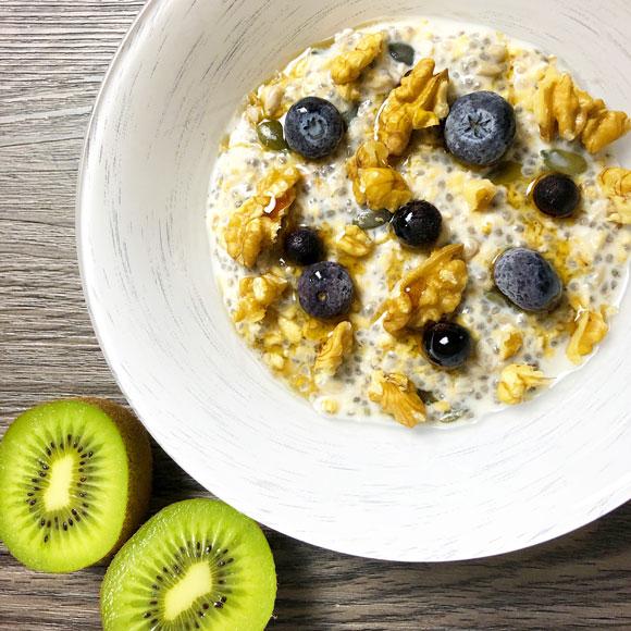 Overnight porridge aux myrtilles et noix