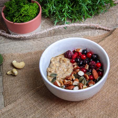 Porridge aux fruits rouges et aux noix