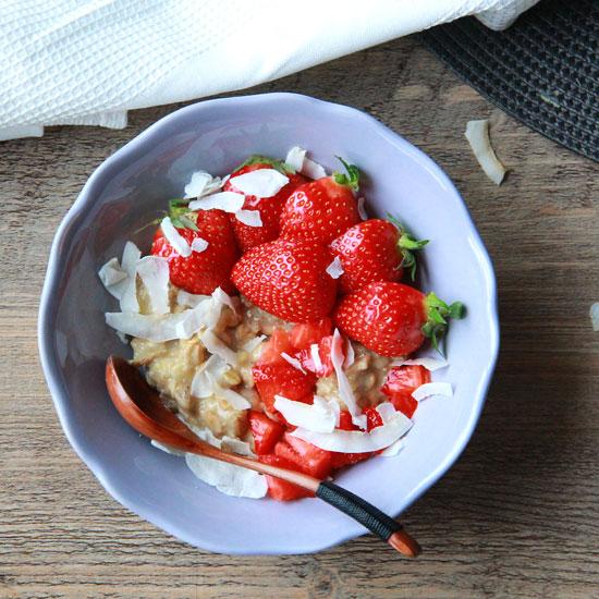 Porridge a la vanille, fraises et noix de coco