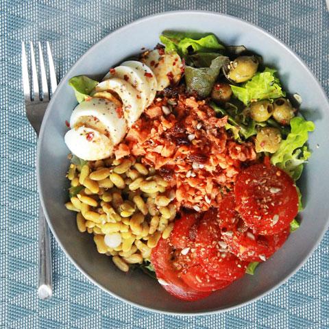 Salade legère, oeuf dur, flageolets, carottes et tomates