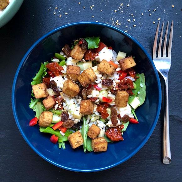 Salade de riz aux poivrons et tofu grillé