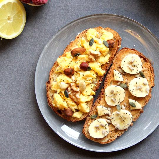 Duo tartines oeufs et banane au beurre de cacahuetes
