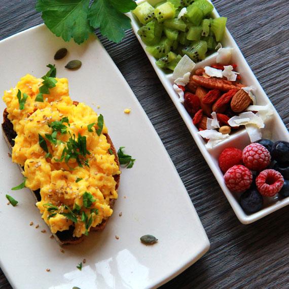 Toast aux oeufs brouillés noix kiwi et fruits rouges